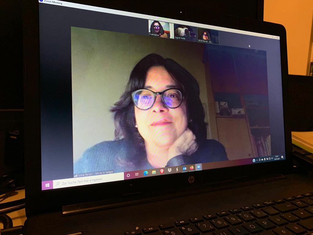 Nei numerosi incontri di videoconferenza iniziamo a prendere confidenza. Sigrid ci parla del lavoro di cantastorie e delle collaborazioni in radio. Ci divertiamo.